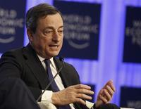 """El presidente del Banco Central Europeo, Mario Draghi, en una sesión del Foro Económico Mundial en Davos, ene 24 2014. El presidente del Banco Central Europeo, Mario Draghi, dijo el viernes que no ve deflación en la zona euro, que avanza hacia una recuperación """"débil, frágil y dispar"""". REUTERS/Ruben Sprich"""