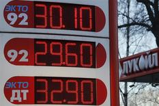 Una gasolinera de Lukoil en San Petersburgo, Rusia, nov 26 2013. Pemex firmó el viernes un memorándum de cooperación con Lukoil, el segundo productor de petróleo de Rusia, en medio de la apertura del sector energético de México para fortalecer su producción, dijo a Reuters el director general de la empresa estatal mexicana, Emilio Lozoya. REUTERS/Alexander Demianchuk