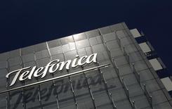 La casa matriz de la empresa española Telefónica en Madrid, jul 29 2010. La empresa española Telefónica está en negociaciones para refinanciar unos 5.000 millones de euros (6.800 millones de dólares) de deuda con vencimiento en el 2015, dijeron fuentes el viernes, una medida que fortalecería su capacidad financiera antes de posibles adquisiciones, particularmente en Brasil. REUTERS/Susana Vera