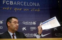 El acuerdo gracias al cual el Barcelona fichó a Neymar costó 86,2 millones de euros, incluyendo pagos al futbolista y a su familia, dijo el club el viernes, después de que el padre del delantero brasileño lo autorizara a levantar la confidencialidad del contrato. Imagen del nuevo presidente del club, Josep María Bartomeu, sosteniendo un papel con las cifras del club del contrato de Neymar en una rueda de prensa en el estadio Camp Nou de Barcelona. REUTERS/Albert Gea
