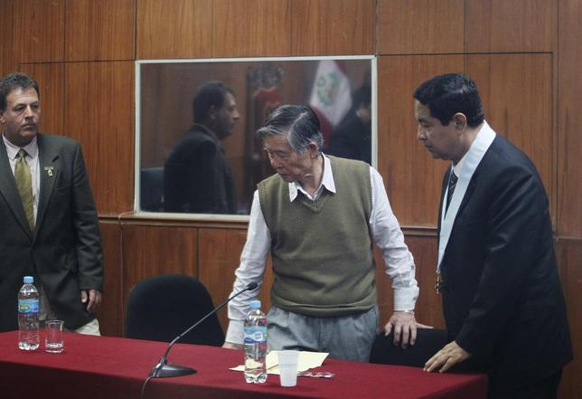 Peru's former President Alberto Fujimori attends a judge's verdict about his sentence in prison, in Lima October 29, 2013. REUTERS/Enrique Castro-Mendivil