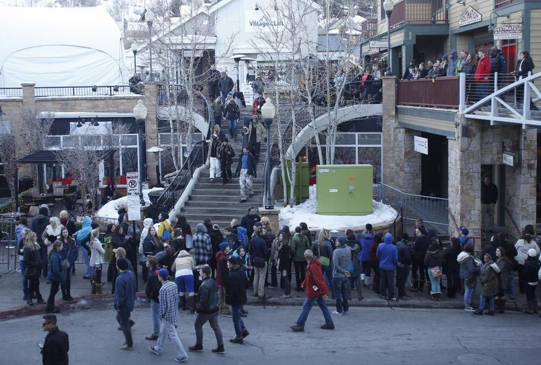 People gather on Main Street to watch for celebrities at the Sundance Film Festival in Park City, Utah, January 18, 2014. REUTERS/Jim Urquhart