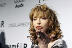 Musician Courtney Love blows a kiss at photographers at amfAR's Inspiration Gala Los Angeles fundraiser in Los Angeles October 27, 2010. The gala benefits the foundation's AIDS research programs. REUTERS/Mario Anzuoni