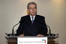 Philippe Varin pourrait céder sa place à Carlos Tavares à la tête de PSA Peugeot Citroën dès le mois de mars, selon des sources proches du dossier. /Photo prise le 27 novembre 2013/REUTERS/Benoît Tessier