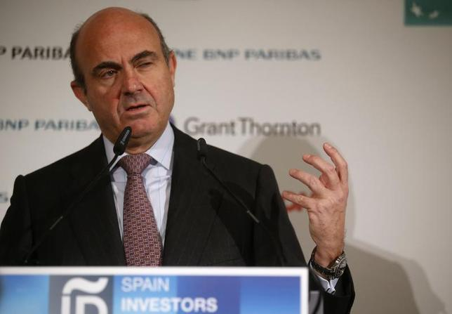 Spain's Economy Minister Luis de Guindos delivers a speech during the meeting of the Spain Investors Day in Madrid January 15, 2014. REUTERS/Andrea Comas