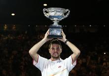 Suíço Stanislas Wawrinka posa com troféu após derrotar o espanhol Rafael Nadal na final do Aberto da Austrália de 2014, em Melbourne, 26 de janeiro de 2014. Wawrinka, oitavo cabeça de chave, venceu neste domingo o Aberto da Austrália, seu primeiro título de Grand Slam, ao derrotar o espanhol Rafael Nadal por 6-3, 6-2, 3-6 e 6-3 na final. 26/01/2014 REUTERS/Jason Reed