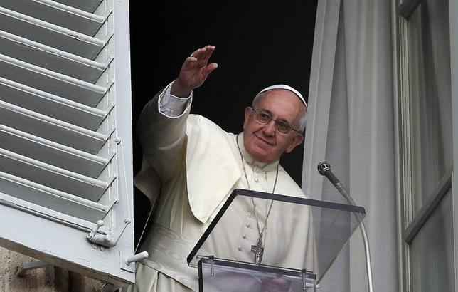 Pope Francis waves before releasing doves during the Angelus prayer in Saint Peter's square at the Vatican January 26, 2014. REUTERS/Alessandro Bianchi
