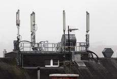 SFR et Bouygues Telecom sont prêts à finaliser un accord pour mutualiser leurs réseaux mobiles au cours des conseils d'administration des deux opérateurs prévus vendredi, selon le journal les Echos. /Photo d'archives/REUTERS/Heinz-Peter Bader