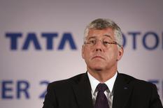 Karl Slym, directeur général du numéro un indien de l'automobile Tata Motors, est décédé dimanche après une chute dans un hôtel de Bangkok, et la police thaïlandaise évoque la piste du suicide. /Photo prise le 8 novembre 2013/REUTERS/Danish Siddiqui