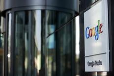 Google a annoncé dimanche soir le rachat de DeepMind Technologies, un spécialiste de l'intelligence artificielle non coté en Bourse, pour un montant non précisé. Le site d'informations technologiques Re/code évoque un prix de 400 millions de dollars (292 millions d'euros). /Photo prise le 8 juillet 2013/REUTERS/Cathal McNaughton