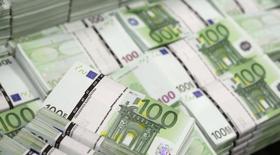 Пачи купюр 100 евро в офисе GSA Austria (Money Service Austria) в Вене 22 июля 2013 года. Рубль подешевел при открытии торгов понедельника, достигнув худших исторических значений к евро и позволив бивалютной корзине достичь верхней границы плавающего коридора корзины ЦБ. REUTERS/Leonhard Foeger