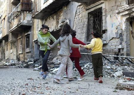 Niños jugando en las calles de una ciudad en Siria