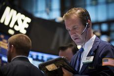 Трейдеры на торгах Нью-Йоркской фондовой биржи 23 октября 2013 года. Уолл-стрит завершила торги пятницы снижением вторую сессию подряд, а для индекса S&P 500 минувшая неделя оказалась худшей с июня 2013 года на фоне активных распродаж акций на развивающихся рынках. REUTERS/Brendan McDermid