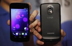 Google et Samsung Electronics ont conclu un accord d'échange de licences au niveau mondial. L'accord couvre les brevets en cours, ainsi que toute licence susceptible d'être déposée dans les dix années à venir. /Photo d'archives/REUTERS/Bobby Yip