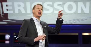 Hans Vestberg, directeur général d'Ericsson. Le premier fabricant mondial d'équipements de réseaux mobiles a signé un accord d'échanges de licences avec Samsung Electronics, mettant fin à une longue période de litiges sur des questions de brevets et dopant les ventes du quatrième trimestre du groupe suédois de 4,2 milliards de couronnes (476 millions d'euros). /Photo prise le 25 février 2013/REUTERS/Albert Gea