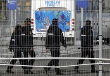 Полицейские патрулируют олимпийский парк в Адлере под Сочи 16 января 2014 года. Мэр Сочи, где в феврале пройдёт зимняя Олимпиада, заявил, что гомосексуализм не приветствуется на Кавказе, однако пообещал гостеприимство приезжим геям, если те будут уважать российские законы. REUTERS/Alexander Demianchuk