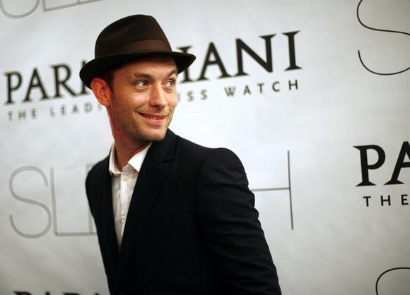 Actor Jude Law attends the premiere of ''Sleuth'' in New York, October 2, 2007. REUTERS/Eric Thayer