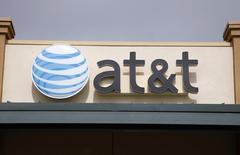 Après des mois de conjectures, l'opérateur télécoms américain AT&T a dit lundi ne pas projeter d'offre de reprise sur Vodafone au cours des six prochains mois, faisant chuter le titre du groupe britannique à la Bourse de Londres. /Photo d'archives/REUTERS/Rick Wilking