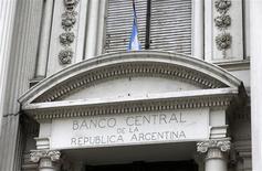 Sede del Banco Central de Argentina, en Buenos Aires, oct 16, 2013. La inesperada flexibilización del estricto control de cambios que mantenía, y hasta la semana pasada defendía, el Gobierno argentino ha dejado a inversores preguntándose qué es lo que le depara el futuro a la históricamente inestable tercera economía de Latinoamérica. REUTERS/Enrique Marcarián