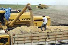Caminhão é carregado com grãos de soja em uma fazenda no município de Primavera do Leste, no Mato Grosso. A colheita da soja em Mato Grosso atingiu 7 por cento do total semeado na atual temporada 2013/14, avanço de 3 pontos percentuais e ainda um ponto à frente de igual período do ano passado, com o clima favorecendo os trabalhos em algumas áreas do Estado, informou a AgRural. 7/02/2013. REUTERS/Paulo Whitaker