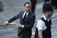 Actor Jude Law arrives to give evidence at the Old Bailey courthouse in London January 27, 2014. Former News International chief executive Rebekah Brooks and seven other defendants are on trial with various charges related to phone-hacking, illegal payments to officials for stories, and hindering police investigations. They all deny the charges linked to a scandal that shook the British establishment. REUTERS/Suzanne Plunkett
