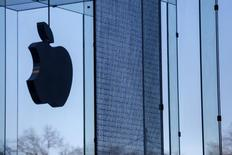 Apple, qui publie ses résultats à la clôture, à suivre lundi sur les marchés américains. Les analystes tablent sur des ventes record pour la période de Noël, avec 48 millions d'iPhones et 26 millions d'iPads vendus selon le consensus, mais le groupe sera surtout attendu sur ses prévisions, y compris en Chine qui est son deuxième marché. /Photo prise le 22 janvier 2014/REUTERS/Shannon Stapleton