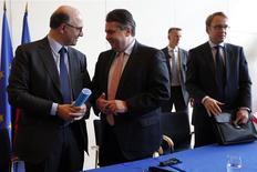 """Le ministre de l'Economie et des Finances, Pierre Moscovici, et Sigmar Gabriel à Paris. Le vice-chancelier allemand a comparé lundi le """"pacte de responsabilité"""" proposé par François Hollande pour relancer l'économie française au """"pacte social"""" qui est à l'origine des succès économiques de l'Allemagne. /Photo prise le 27 janvier 2014/REUTERS/Charles Platiau"""