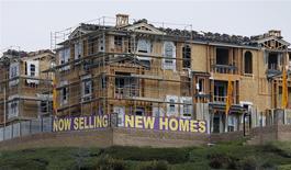 Unas viviendas en construcción a la venta en San Marcos, EEUU, oct 25 2013. Las ventas de casas unifamiliares nuevas en Estados Unidos cayeron más de lo esperado en diciembre, pero inventarios débiles y firmes alzas en los precios sugieren que el mercado inmobiliario está lo suficientemente fuerte como para alentar la economía. REUTERS/Mike Blake
