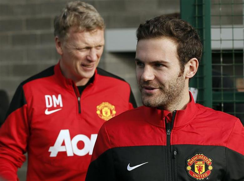 Manchester United's new signing Juan Mata (R) walks with club manager David Moyes as he arrives for a photocall at the club's Carrington training complex in Manchester, northern England, January 27, 2014. REUTERS/Phil Noble