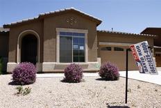 Una vivienda a la venta en Chandler Heights, EEUU, jun 2 2011. Las ventas de casas unifamiliares nuevas en Estados Unidos cayeron más de lo esperado en diciembre, pero inventarios débiles y firmes alzas en los precios sugieren que el mercado inmobiliario está lo suficientemente fuerte como para impulsar a la economía. REUTERS/Joshua Lott