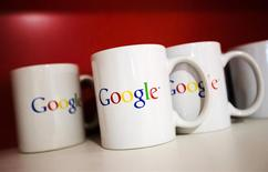 Unas tazas con el logo de Google en las oficinas de la compañía en Toronto, nov 13 2012. Google Inc dijo el domingo que acordó adquirir la compañía privada británica de inteligencia artificial DeepMind Technologies Ltd. REUTERS/Mark Blinch