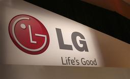 El logo de la firma surcoreana LG Electronics durante la Feria de Consumo Electrónico en Las Vegas, ene 6 2014. La firma surcoreana LG Electronics superó las estimaciones de analistas al duplicar sus ganancias trimestrales gracias al gasto en televisores de alta gama durante la temporada de fiestas de fin de año, lo que compensó las pérdidas en su negocio de teléfonos inteligentes. REUTERS/Robert Galbraith