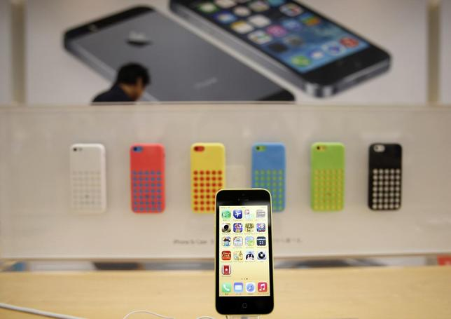 A new Apple iPhone 5C is displayed at an Apple Store at Tokyo's Ginza shopping district September 20, 2013. REUTERS/Toru Hanai/Files