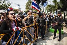 محتجون مناهضون للحكومة بشارع في بانكوك يوم 26 يناير كانون الثاني 2013 - رويترز