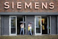 Siemens affiche une hausse de 15% de son bénéfice d'exploitation au premier trimestre, dopé par son programme d'économies et par une baisse des charges liées à l'exécution de projets. /Photo d'archives/REUTERS/Fabrizio Bensch