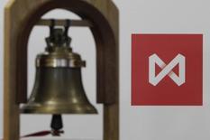 Колокол на фоне логотипа Московской биржи в Москве 15 февраля 2013 года. Российские фондовые индексы начали торги вторника около достигнутых накануне уровней, и обстановка на западных и азиатских рынках пока не благоприятствует росту. REUTERS/Maxim Shemetov