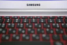 Логотип Samsung на ноутбуке в офисе компании в Сеуле 23 июля 2013 года. Samsung Electronics Co Ltd продал в четвертом квартале рекордные 86 миллионов смартфонов и увеличил свое преимущество перед Apple Inc, несмотря на сильные продажи новых iPhone, показывают данные исследовательской фирмы Strategy Analytics. REUTERS/Lee Jae-Won