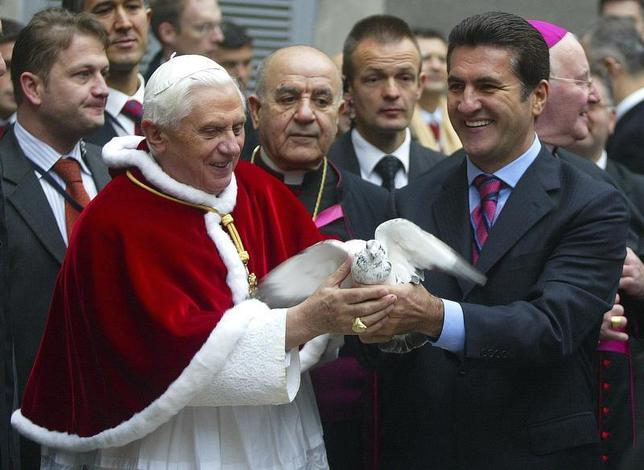 Pope Benedict XVI is given a dove by Mustafa Sarigul during a visit to Istanbul's Holy Spirit Cathedral December 1, 2006. REUTERS/Stringer (TURKEY) - RTR1JWPB