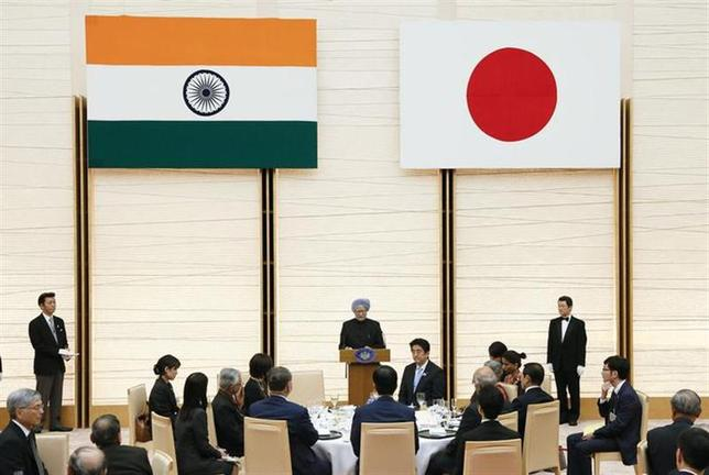 Indian Prime Minister Manmohan Singh (C) delivers a speech near his Japanese counterpart Shinzo Abe during a banquet held by Abe at the prime minister's official residence in Tokyo May 29 2013. REUTERS/Kimimasa Mayama/Pool