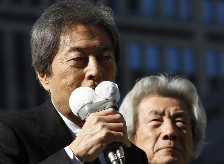 Morihiro Hosokawa (L), former Japanese premier and candidate of the Tokyo gubernatorial election, speaks with his supporter and former prime minister Junichiro Koizumi atop a van while campaigning for the February 9 vote in front of Tokyo Metropolitan governmental building in Tokyo January 23, 2014. REUTERS/Yuya Shino