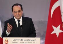 François Hollande a lancé mardi une opération séduction du monde économique en Turquie, pays à forte croissance où le président français a fixé comme objectif de faire passer le volume des échanges commerciaux de 12,5 à 20 milliards d'euros. /Photo prise le 28 janvier 2014/REUTERS/Osman Orsal