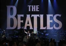 """Paul McCartney (a la izquierda) y Ringo Starr durante su presentación para conmemorar los 50 años de la primera aparición de la banda británica en la televisión estadounidense, en Los Angeles, ene 27, 2014. Paul McCartney y Ringo Starr realizaron el lunes por la noche en Los Angeles una interpretación de la canción """"Hey Jude"""" rodeados de estrellas, al conmemorar los 50 años de la primera aparición de la banda británica en la televisión estadounidense. REUTERS/Mario Anzuoni"""