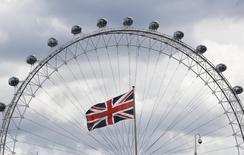Uma bandeira do Reino Unido na frente do London Eye, em Londres. A economia britânica registrou em 2013 o ritmo anual de crescimento mais rápido desde a crise financeira, apesar de uma ligeira desaceleração nos três últimos meses do ano, mostraram dados oficiais nesta terça-feira. 03/08/2013 REUTERS/Luke MacGregor