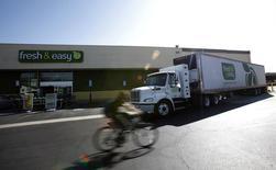 Um caminhão descarrega mercadorias em uma loja em Burbank, Califórnia. As encomendas de bens duráveis nos Estados Unidos diminuíram inesperadamente em dezembro, assim como uma medida de gastos empresariais planejados em bens de capital, o que pode lançar uma sombra sobre a perspectiva econômica. 19/10/2012 REUTERS/Mario Anzuoni