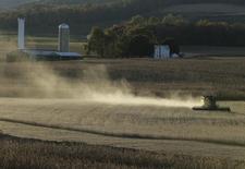 Uma colheitadeira em uma plantação de milho no final do outono em Thurmont, Maryland. Negociadores do Senado e da Câmara chegaram na segunda-feira a um acordo bipartidário para a esperada lei agrícola dos Estados Unidos que encerra o custoso subsídio direto pago a produtores, ao mesmo tempo em que limita o gasto com o cartão alimentação em 1 por cento. 27/10/2013 REUTERS/Gary Cameron