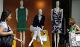 Mulheres passam na frente de uma loja de roupas no Rio de Janeiro. A varejista de moda Lojas Renner viu as vendas nas mesmas lojas no quarto trimestre crescerem num ritmo semelhante ao observado no terceiro trimestre de 2013, afirmou o diretor administrativo e financeiro da companhia, Laurence Beltrão Gomes, nesta terça-feira. 18/08/2011 REUTERS/Ricardo Moraes