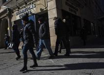 Pessoas passam na frente de uma loja da Starbucks em Nova York. A confiança do consumidor nos Estados Unidos subiu em janeiro diante do maior otimismo sobre as condições dos negócios e o mercado de trabalho, de acordo com relatório do grupo privado Conference Board nesta terça-feira. 24/01/2014 REUTERS/Eric Thayer