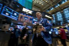Wall Street a ouvert sur une note indécise mardi, coincée entre d'un côté les résultats meilleurs que prévu de Ford et de Pfizer et, de l'autre, le recul inattendu des commandes de biens durables en décembre et des chiffres de ventes d'iPhone jugés décevants. Vers 15h40, l'indice Dow Jones gagnait 0,36%, le Standard & Poor's 500 progressait de 0,25% tandis que le Nasdaq Composite cédait 0,14%. /Photo prise le 27 janvier 2014/REUTERS/Brendan McDermid