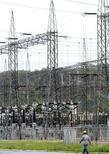 Um funcionário anda na hidrelétrica de Furnas em Minas Gerais. A Agência Nacional de Energia Elétrica (Aneel) aprovou nesta terça-feira a audiência pública para a minuta do edital do leilão da usina hidrelétrica Três Irmãos, hoje operada pela Cesp. 14/01/2013 REUTERS/Paulo Whitaker