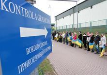 """Люди в """"живой цепи"""" на границе Украины и Польши в поддержку евроинтеграции 29 ноября 2013 года. Польша, Чехия, Венгрия и Словакия соберутся на чрезвычайный саммит в Будапеште в связи с событиями на Украине REUTERS/Marian Striltsiv"""